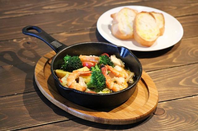 海老とチキンと糸島野菜のアヒージョ